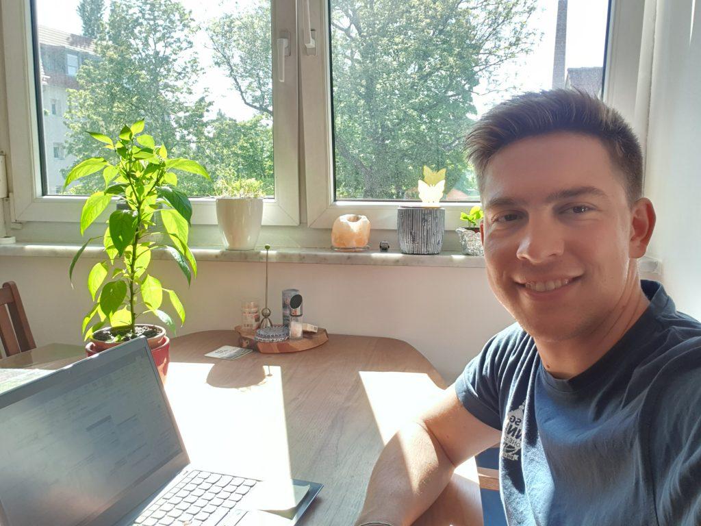 Markus Mosig, der Nachhaltigkeitsbeauftragte der BKK ProVita, kümmert sich im Home-Office um den Klimaschutz bei der gesetzlichen Krankenkasse.